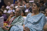 Участники церемонии запуска программы изучения светской этики в высших учебных заведениях слушают наставления Его Святейшества Далай-ламы. Мумбаи, штат Махараштра, Индия. 14 августа 2017 г. Фото: Тензин Чойджор (офис ЕСДЛ)