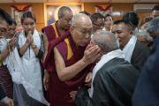 Его Святейшество Далай-лама дарует благословение пожилому тибетцу. Дхарамсала, Индия. 25 августа 2017 г. Фото: Тензин Чойджор (офис ЕСДЛ)