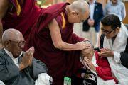 Во время встречи с тибетцами в своей резиденции Его Святейшество Далай-лама утешает престарелых и немощных. Дхарамсала, Индия. 25 августа 2017 г. Фото: Тензин Чойджор (офис ЕСДЛ)