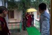 Его Святейшество Далай-лама направляется в зал собраний своей резиденции, чтобы встретиться с членами тибетского сообщества. Дхарамсала, Индия. 25 августа 2017 г. Фото: Тензин Чойджор (офис ЕСДЛ)