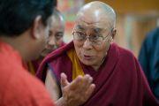 Его Святейшество Далай-лама объясняет свою точку зрения одному из верующих, участвующих во встрече. Дхарамсала, Индия. 25 августа 2017 г. Фото: Тензин Чойджор (офис ЕСДЛ)