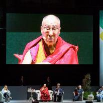 Далай-лама принял участие в межконфессиональной встрече «Свобода по правилам» и провел беседу о важности образования в деле построения мира