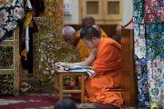 Тайский монах следит за текстом в ходе третьего дня четырехдневных учений Его Святейшества Далай-ламы, организованных по просьбе буддистов из Юго-Восточной Азии. Дхарамсала, Индия. 31 августа 2017 г. Фото: Тензин Чойджор (офис ЕСДЛ)