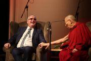 Его Святейшество Далай-лама и Ричард Мур во время публичной лекции «Сострадание в действии», организованной в конференц-центре Millenial Forum. Дерри, Северная Ирландия, Великобритания. 10 сентября 2017 г. Фото: Лоркан Доэрти
