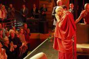 Его Святейшество Далай-лама благодарит слушателей по завершении публичной лекции, организованной благотворительным фондом «Дети под перекрестным огнем». Дерри, Северная Ирландия, Великобритания. 10 сентября 2017 г. Фото: Джереми Рассел (офис ЕСДЛ)