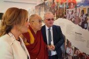 Его Святейшество Далай-лама рассматривает выставку, посвященную деятельности благотворительного фонда «Дети под перекрестным огнем». Дерри, Северная Ирландия, Великобритания. 10 сентября 2017 г. Фото: Джереми Рассел (офис ЕСДЛ)