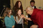 По прибытии в конференц-центр Millenial Forum Его Святейшество Далай-лама приветствует встречающих его детей. Дерри, Северная Ирландия, Великобритания. 10 сентября 2017 г. Фото: Лоркан Доэрти