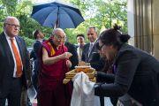 Тибетцы из местного тибетского сообщества подносят Его Святейшеству Далай-ламе традиционное приветствие по прибытии в отель. Франкфурт, Германия. 12 сентября 2017 г. Фото: Тензин Чойджор (офис ЕСДЛ)