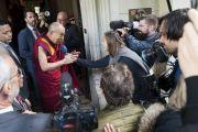 По прибытии в отель Его Святейшество Далай-лама отвечает на вопросы журналистов. Франкфурт, Германия. 12 сентября 2017 г. Фото: Тензин Чойджор (офис ЕСДЛ)