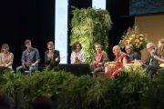 Его Святейшество Далай-лама отвечает на вопросы в ходе встречи со студентами в конференц-центре «Ярхундертхалле». Франкфурт, Германия. 13 сентября 2017 г. Фото: Тензин Чойджор (офис ЕСДЛ)