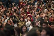 Некоторые из более 1500 тибетцев, собравшихся на публичную лекцию, машут руками Его Святейшеству Далай-ламе. Франкфурт, Германия. 13 сентября 2017 г. Фото: Тензин Чойджор (офис ЕСДЛ)