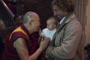 Направляясь утром на встречу со студентами, Его Святейшество Далай-лама ласково приветствует маленького ребенка. Франкфурт, Германия. 13 сентября 2017 г. Фото: Тензин Чойджор (офис ЕСДЛ)