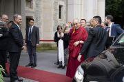 Его Святейшество Далай-лама машет рукой своим почитателям, возвратившись в конце дня в свой отель. Франкфурт, Германия. 13 сентября 2017 г. Фото: Тензин Чойджор (офис ЕСДЛ)