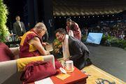 Представитель тибетского сообщества преподносит подарок Его Святейшеству Далай-ламе по завершении публичной лекции в конференц-центре «Ярхундертхалле». Франкфурт, Германия. 13 сентября 2017 г. Фото: Тензин Чойджор (офис ЕСДЛ)