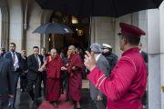Его Святейшество Далай-лама направляется из отеля в конференц-центр «Ярхундертхалле» на встречу со студентами. Франкфурт, Германия. 13 сентября 2017 г. Фото: Тензин Чойджор (офис ЕСДЛ)