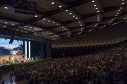 Вид на сцену конференц-центра «Ярхундертхалле» во время лекции Его Святейшества Далай-ламы, на которую собралось более 1600 студентов. Франкфурт, Германия. 13 сентября 2017 г. Фото: Тензин Чойджор (офис ЕСДЛ)