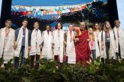 Его Святейшество Далай-лама фотографируется со студентами, задававшими ему вопросы в ходе встречи, по завершении которой он в знак благодарности поднес им традиционные шарфы-хадаки. Франкфурт, Германия. 13 сентября 2017 г. Фото: Тензин Чойджор (офис ЕСДЛ)