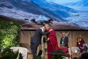 Его Святейшество Далай-лама благодарит ученых по завершении симпозиума «Западная наука и буддийские воззрения», организованного в конференц-центре «Ярхундертхалле». Франкфурт, Германия. 14 сентября 2017 г. Фото: Тензин Чойджор (офис ЕСДЛ)