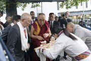 Тибетцы подносят традиционное приветствие Его Святейшеству Далай-ламе, прибывшему в новый Тибетский дом. Франкфурт, Германия. 14 сентября 2017 г. Фото: Тензин Чойджор (офис ЕСДЛ)
