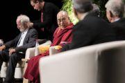 Его Святейшество Далай-лама общается с учеными перед началом симпозиума «Западная наука и буддийские воззрения». Франкфурт, Германия. 14 сентября 2017 г. Фото: Тензин Чойджор (офис ЕСДЛ)