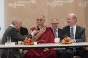 Его Святейшество Далай-лама проводит пресс-конференцию в новом Тибетском доме. Франкфурт, Германия. 14 сентября 2017 г. Фото: Тензин Чойджор (офис ЕСДЛ)