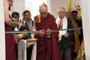 Его Святейшество Далай-лама перерезает ленточку в знак торжественного открытия нового Тибетского дома. Франкфурт, Германия. 14 сентября 2017 г. Фото: Тензин Чойджор (офис ЕСДЛ)