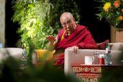 Его Святейшество Далай-лама комментирует доклады в ходе симпозиума «Западная наука и буддийские воззрения», организованного в конференц-центре «Ярхундертхалле». Франкфурт, Германия. 14 сентября 2017 г. Фото: Тензин Чойджор (офис ЕСДЛ)