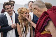 Его Святейшество Далай-лама шутливо приветствует артистов, выступавших во время благотворительного концерта по завершении симпозиума «Западная наука и буддийские воззрения». Франкфурт, Германия. 14 сентября 2017 г. Фото: Тензин Чойджор (офис ЕСДЛ)
