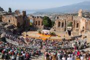Вид на античный греческий театр во время публичной лекции Его Святейшества Далай-ламы «Мирная жизнь – сотрудничество народов», на которую собралось более 2500 слушателей. Таормина, Сицилия, Италия. 16 сентября 2017 г. Фото: Паоло Регис