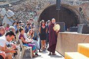 Один из слушателей задает вопрос Его Святейшеству Далай-ламе во время публичной лекции «Мирная жизнь – сотрудничество народов». Таормина, Сицилия, Италия. 16 сентября 2017 г. Фото: Джереми Рассел (офис ЕСДЛ)