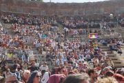 Вид на античный греческий театр во время публичной лекции Его Святейшества Далай-ламы «Мирная жизнь – сотрудничество народов», на которую собралось более 2500 слушателей. Таормина, Сицилия, Италия. 16 сентября 2017 г. Фото: Джереми Рассел (офис ЕСДЛ)