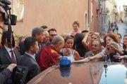 Выходя из отеля, Его Святейшество Далай-лама пожимает руки своим почитателям. Таормина, Сицилия, Италия. 16 сентября 2017 г. Фото: Джереми Рассел (офис ЕСДЛ)