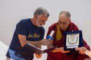 Перед началом публичной лекции мэр Мессины Ренато Аккоринти вручает Его Святейшеству Далай-ламе награду за продвижение мира и согласия между народами. Таормина, Сицилия, Италия. 16 сентября 2017 г. Фото: Федерико Винчи