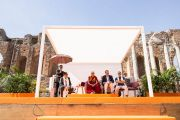 Его Святейшество Далай-лама выступает с публичной лекцией «Мирная жизнь – сотрудничество народов» в античном греческом театре. Таормина, Сицилия, Италия. 16 сентября 2017 г. Фото: Паоло Регис