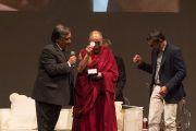Мэр Палермо профессор Леолука Орландо вручает награду Его Святейшеству Далай-ламе перед началом публичной лекции в театре Массимо. Палермо, Сицилия, Италия. 18 сентября 2017 г. Фото: Паоло Регис