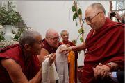 Его Святейшество Далай-лама приветствует монахинь, встречающих его по прибытии в отель. Флоренция, Италия. 18 сентября 2017 г. Фото: Оливье Адам