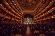 Вид на сцену театра Массимо во время публичной лекции Его Святейшества Далай-ламы. Палермо, Сицилия, Италия. 18 сентября 2017 г. Фото: Паоло Регис