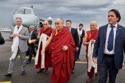 Его Святейшество Далай-лама по прибытии в аэропорт Флоренции. Флоренция, Италия. 18 сентября 2017 г. Фото: Оливье Адам