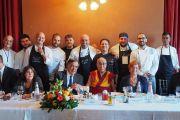 Его Святейшество Далай-лама фотографируется с работниками кухни во время обеда с мэром Палермо профессором Леолукой Орландо. Палермо, Сицилия, Италия. 18 сентября 2017 г. Фото: Джереми Рассел (офис ЕСДЛ)