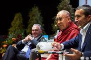 Его Святейшество Далай-лама слушает вопрос из зала. Флоренция, Италия. 19 сентября 2017 г. Фото: Olivier Adam.