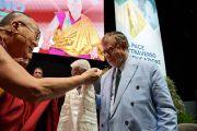Его Святейшество Далай-лама благодарит бывшего президента Европейского университетского института Джозефа Вейлера за участие в межрелигиозной встрече. Флоренция, Италия. 19 сентября 2017 г. Фото: Olivier Adam.
