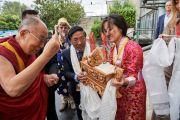 У входа на стадион им. Нельсона Манделы тибетцы встречают своего духовного лидера традиционным подношением. Флоренция, Италия. 19 сентября 2017 г. Фото: Olivier Adam.