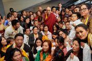 Его Святейшество Далай-лама фотографируется с тибетцами, живущими во Флоренции. Флоренция, Италия. 19 сентября 2017 г. Фото: Olivier Adam.