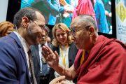 Его Святейшество Далай-лама приветствует президента Союза итальянских мусульманских сообществ и имама Флоренции Иззедина Эльзира перед началом межрелигиозного диалога. Флоренция, Италия. 19 сентября 2017 г. Фото: Olivier Adam.