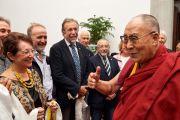 Его Святейшество Далай-лама приветствует своих поклонников, отправляясь на стадион им. Нельсона Манделы. Флоренция, Италия. 19 сентября 2017 г. Фото: Olivier Adam.