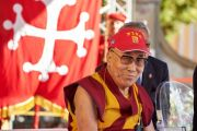 Его Святейшество Далай-лама слушает вопрос одного из зрителей во время своего выступления на площади Рыцарей в Пизе. Пиза, Италия. 20 сентября 2017 г. Фото: Olivier Adam.