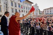 Его Святейшество Далай-лама машет рукой толпе на площади по окончании своего выступления. Пиза, Италия. 20 сентября 2017 г. Фото: Olivier Adam.