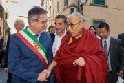 Мэр Пизы Марко Филипески вопровождает Его Святейшество Далай-ламу на сцену на площади Рыцарей, где собрались жители города, чтобы послушать тибетского духовного лидера. Пиза, Италия. 20 сентября 2017 г. Фото: Olivier Adam.