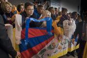 Дээрхийн Гэгээнтэн Далай Ламыг сүсэгтнүүд хүлээн авч байгаа нь. Латви, Рига. 2017.09.23. Гэрэл зургийг Тэнзин Чойжор (ДЛО)