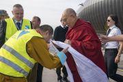 Дээрхийн Гэгээнтэн Далай Ламыг Рига хотод хүрэлцэн ирэхэд айлчлалыг зохион байгуулж буй Дилав хутагт угтан авч байгаа нь. Латви, Рига. 2017.09.23. Гэрэл зургийг Тэнзин Чойжор (ДЛО)